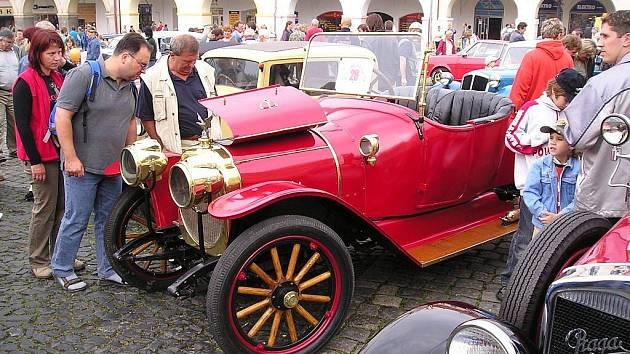 Loukotová kola měl i tento překrásný automobil.