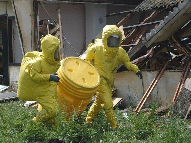 Bylo zapotřebí rovněž zlikvidovat nebezpečný odpad.
