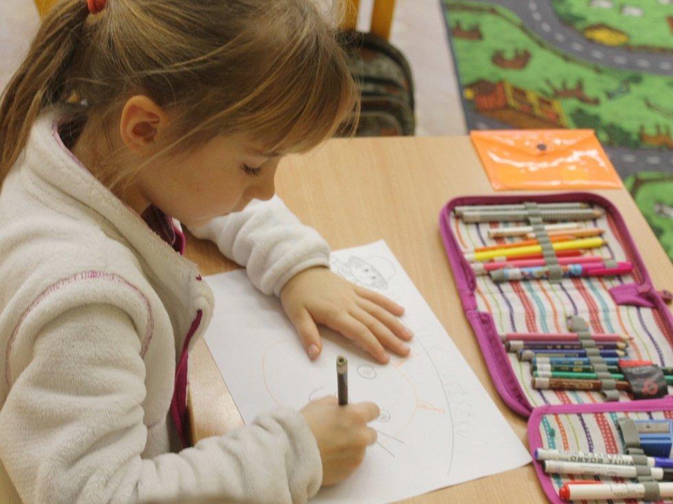 Děti z jičínské ZŠ 17. listopadu kreslily přání Cipískovi.