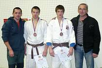 Trenér (zleva) Luděk Vaníček, Michal Vaníček, Tomáš Vaníček a trenér Milan Letošník.