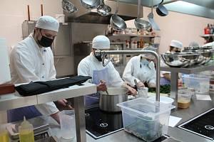 Od středy se vrátily do lavic poslední ročníky středních škol a odborných učilišť. Znovu se otevřely dílny pro praktickou výuku. Ke sporákům se postavili i žáci oboru kuchař -  číšník Střední školy gastronomie a služeb Nová Paka.