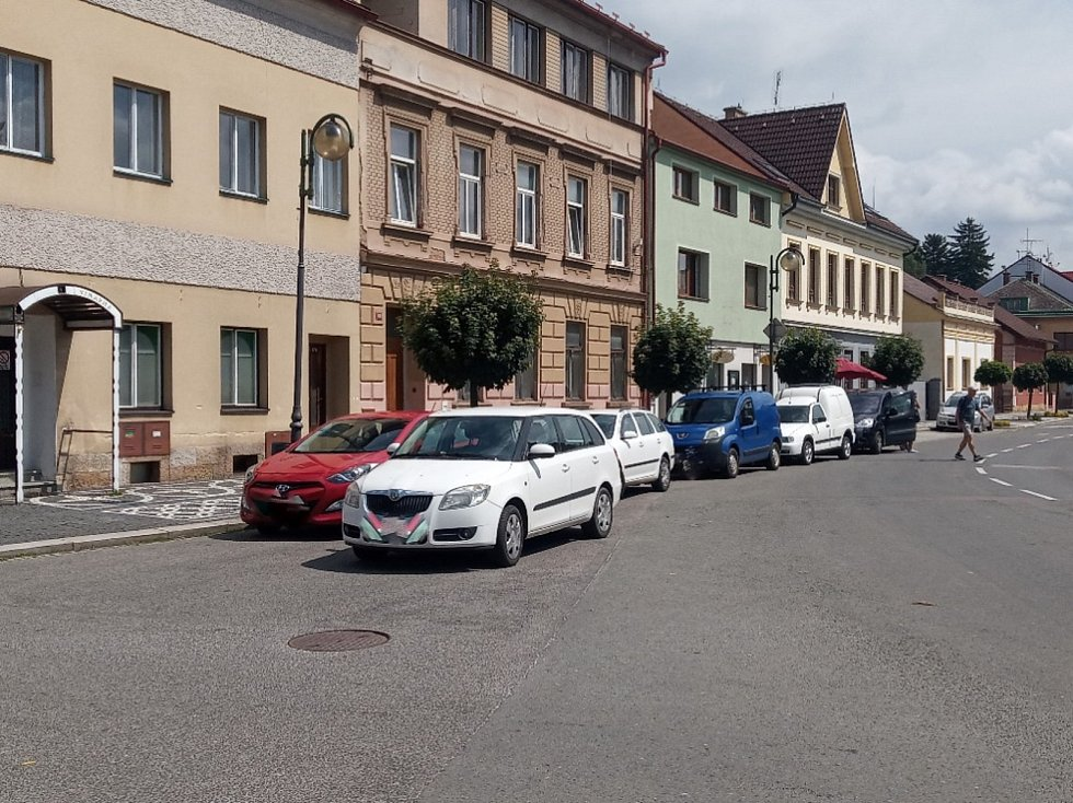 Ostudy Lázní Bělohrad, patří sem i nedostatek parkovacích míst.