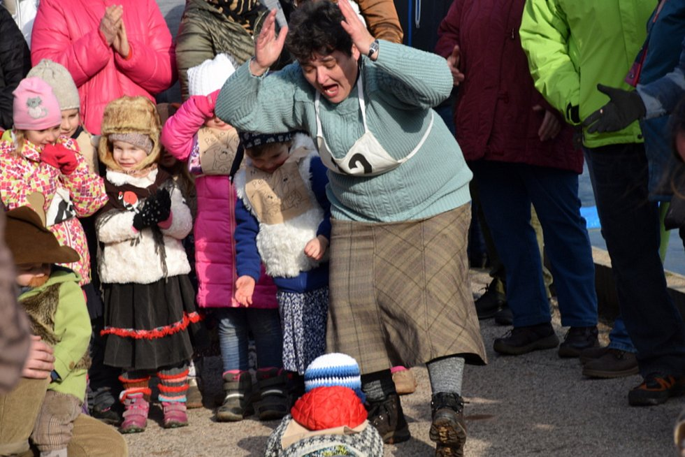 Tradiční lyžařské závody na historických ski v peckovském kempu se odehrály i bez sněhu.
