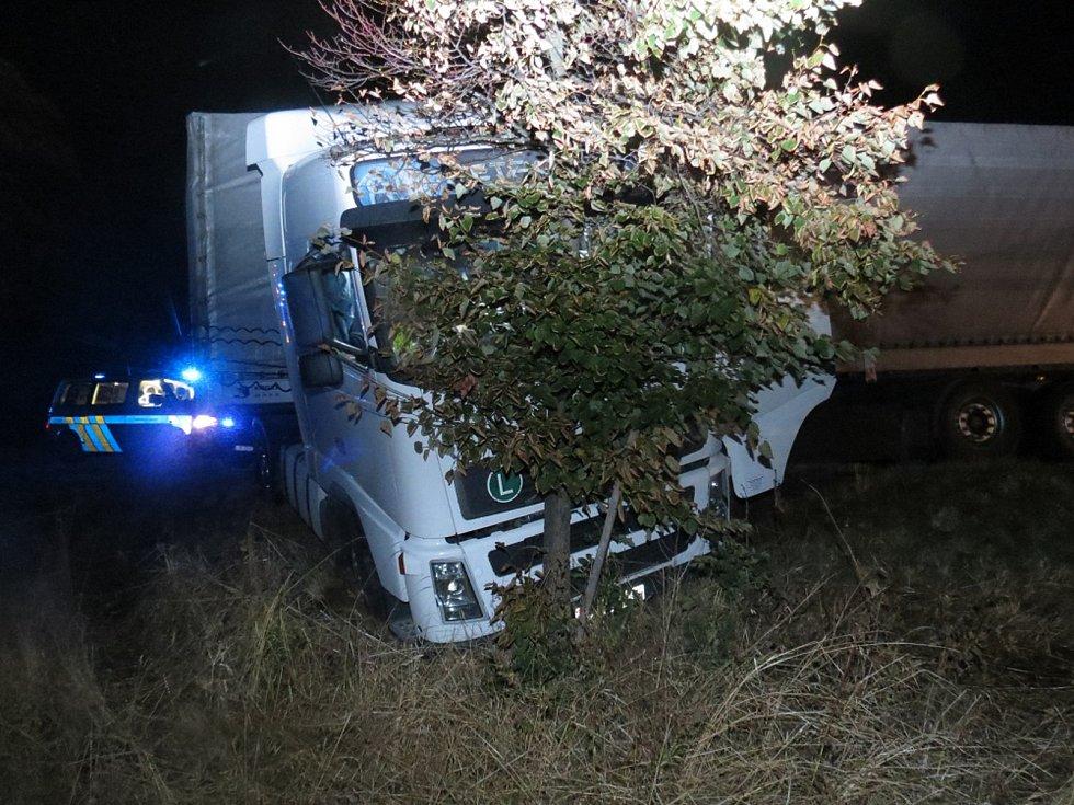Srážka nákladního s osobním vozidlem u Vidochova.