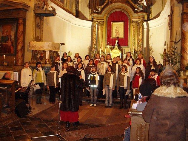 Koncert souboru Jizerka Semily v úbislavickém kostele.