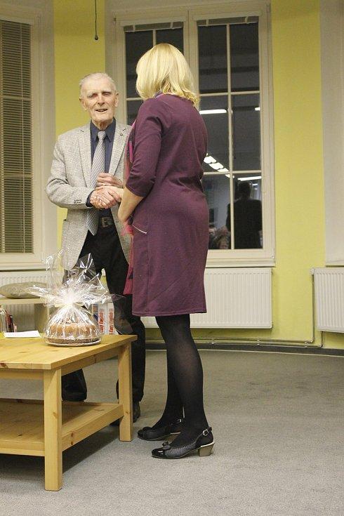 Vynikající český historik prof. Robert Kvaček přednášel v jičínské knihovně.