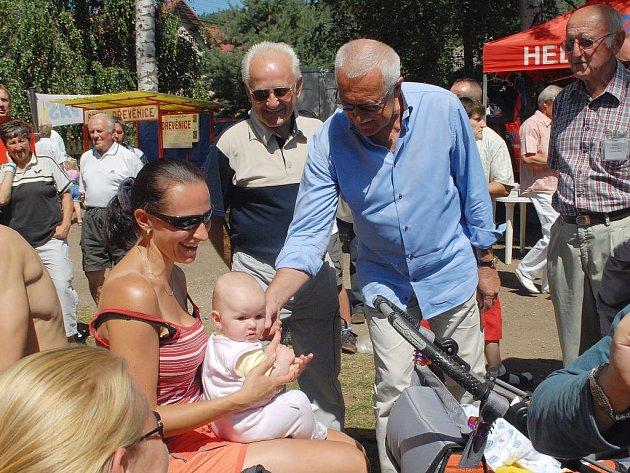 Z návštěvy prezidenta Václava Klause ve volejbalové Dřevěnici.