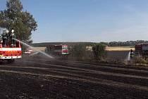 Požár pole u obce Nemyčeves.