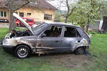 Z místa požáru auta.