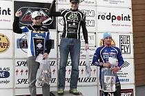 Na nejvyšším stupni Daniel Polman, vlevo lomnický cyklista Ondra Mikule.