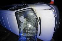 Noční dopravní nehodu u kruhového objezdu odnesl nepozorný řidič lehkým zraněním.