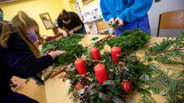 Studenti zahradnické školy v Kopidlně připravují adventní věnce na poslední chvíli. Ve středu jim začala praktická vyuka a hned se vrhli na vázání věnců aby stihli první adventní neděli.