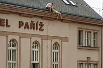Mladá žena chtěla skočit ze střechy hotelu Paříž.