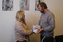 Cenu za první místo předal Martě Voldánové z Jičína vedoucí redaktor Jičínského deníku Radovan Sál.