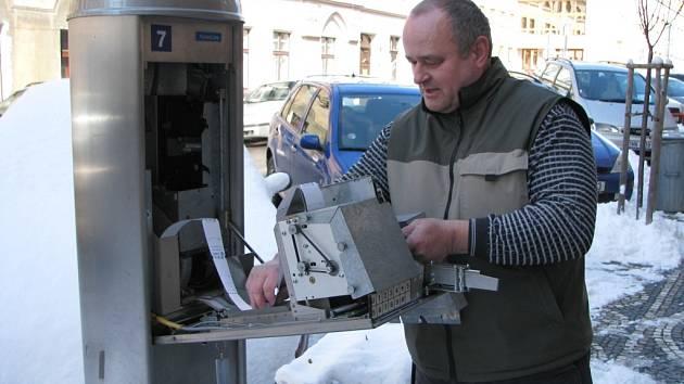 Petr Drobný opět opravuje parkovací automat v Havlíčkově ulici.
