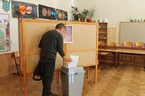První voliči dorazili k urnám hned po otevření volících místností.