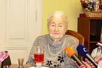 Paní Marie Fišerová z Hořic při oslavě svých 107. narozenin.