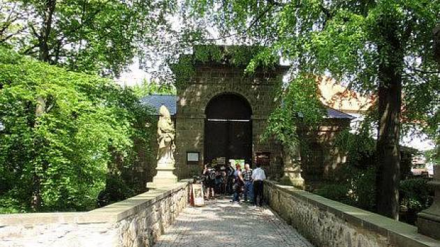Kamenný most ke hradu Valdštejn.