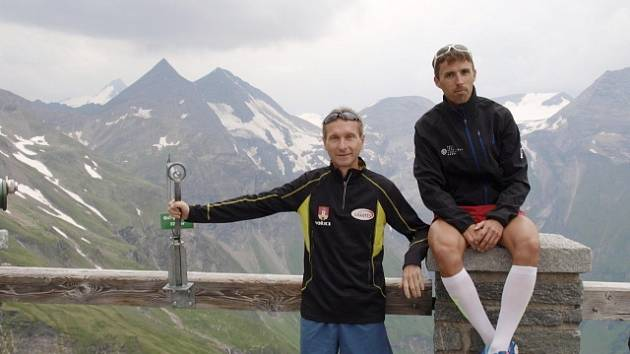 Hořický atlet Bořek Jančík (vlevo) spolu s Milanem Janatou ze Stračova na závodě v Rakousku.