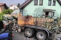 Při ranní nehodě skončil traktor na zahradě baráku