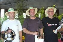 Makarov, Fejfar (uprostřed) a Brožek ve Francii s netradičními cenami - slaměnými klobouky.