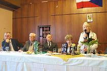 Ze schůze novopacké pobočky Konfederace politických vězňů.