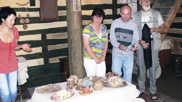 V bukvické galerii vystavuje svoji keramiku Zlata Pokorná (vlevo).