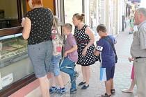 Velký zájem o zmrzlinu v cukrárně Casali na jičínské pěší zóně.