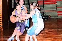 Hráčka Sadské Michaela Holíková při útoku, brání domácí dorostenky  Petra Babáková (číslo 18) a  Alice Smejkalová (5).