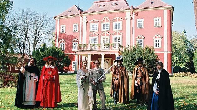 Ze svatby manželů Antošových v zámku Dětenice.
