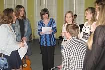 Studentské divadlo v knihovně.