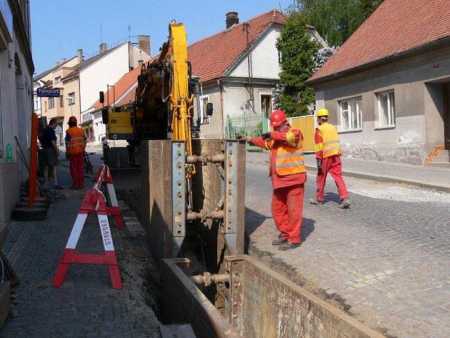 Z budování kanalizace v Libáni.