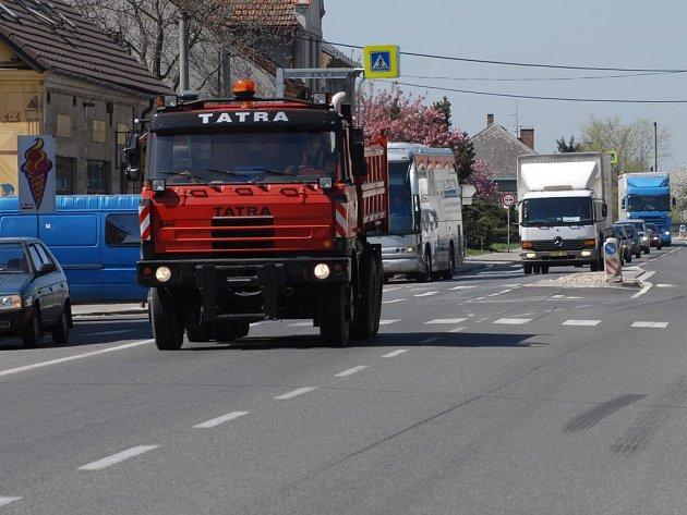 Povrch hlavní silnice v Ostroměři je opravován.
