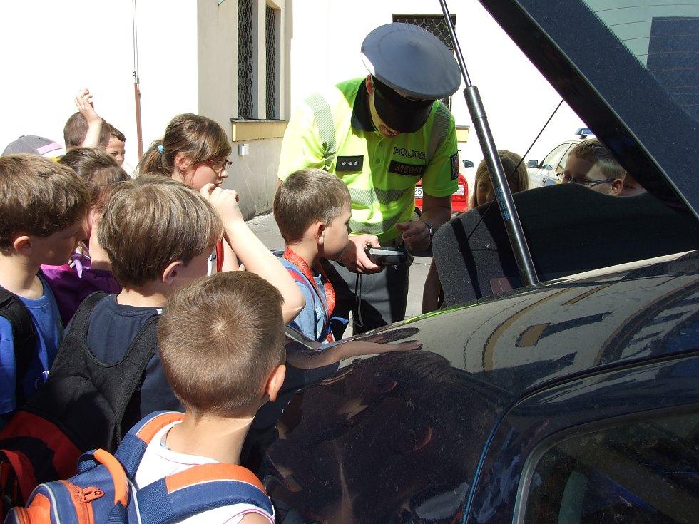 Z návštěvy ostroměřských žáků u jičínských policistů.