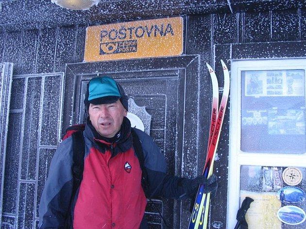 Ivan Pírko v rámci přípravy zvládl i výstup na Sněžku, kde foukal vítr rychlostí 125 km/hod.