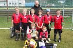 Vítězná fotbalová přípravka Robous s cenami a medailemi.