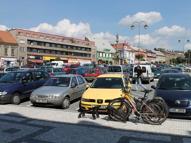 Parkování v Hořicích na náměstí Jiřího z Poděbrad.