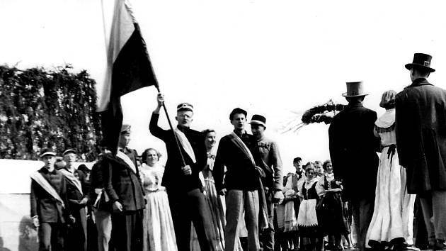 Z odhalení Stalinova pomníku v Jičíně.