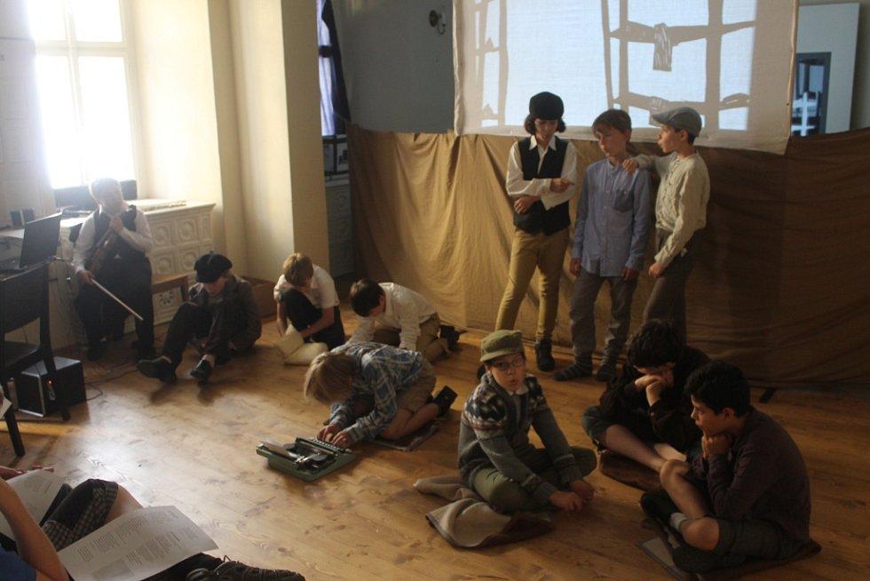 Výstava VEDEM v bývalé židovské škole s divadelním představením.