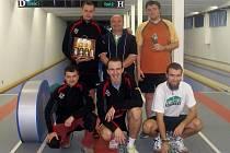 Nejúspěšnější: horní řada zleva. P. Kříž, zástupce hlavího sponzora R. Brixi, stříbrný Vích, dole zleva prezident SKK Jičín R. Bureš, vítěz turnaje L. Vik a čtvrtý T. Pitthard.