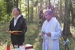 Lesní mše u Lužan za vodu s farářem Josefem Kordíkem.