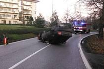 Z hrozivě vypadající nehody v Lázních Bělohradu vyvázla řidička jen s lehčím zraněním.