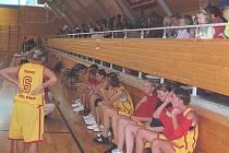 Basketbalistky během minipřestávky.