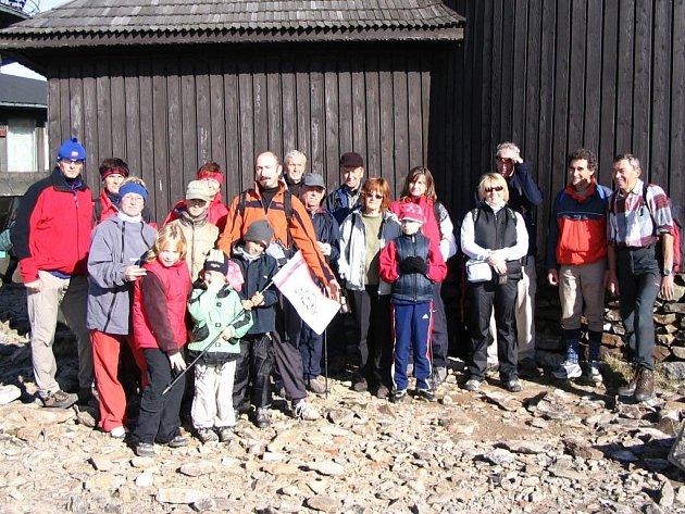 Část výpravy na Sněžku z roku 2006, jejímiž organizátory jsou manželé Pírkovi (Ivan Pírko zcela vpravo).