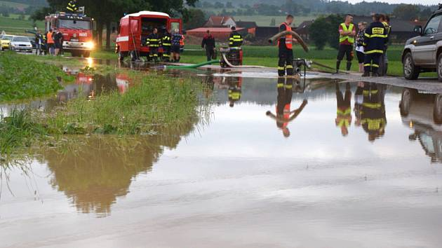 Déšť hnal z polí zeminu, rozvodnil Lháňský potok.