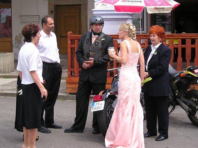 Ilustrační foto - někteří snoubenci nehledí na termín svatby ani žádné společenské konvence.