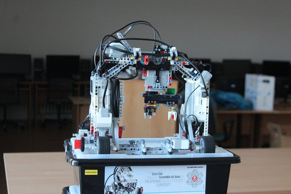 V nedávno vybudované IT učebně mají studenti k dispozici roboty, 3D tiskárnu, počítače i grafické tablety. Správu sítí se učí na dvou serverech.