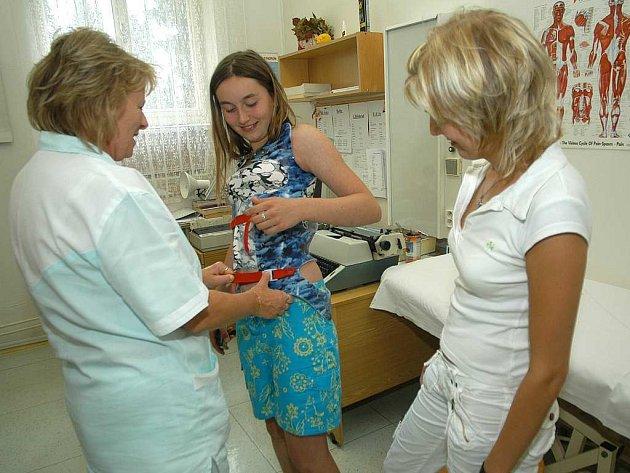 V současné době se zde léčí pohybový aparát. Na snímku zdravotní sestry Jarmila Šedivá (vlevo) a Petra Urbánková.