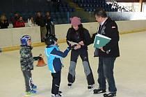 Předávání vysvědčení na zimním stadionu.