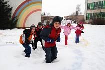 Žáci jičínské 4. ZŠ tvořili ve sněhu olympijské kruhy.